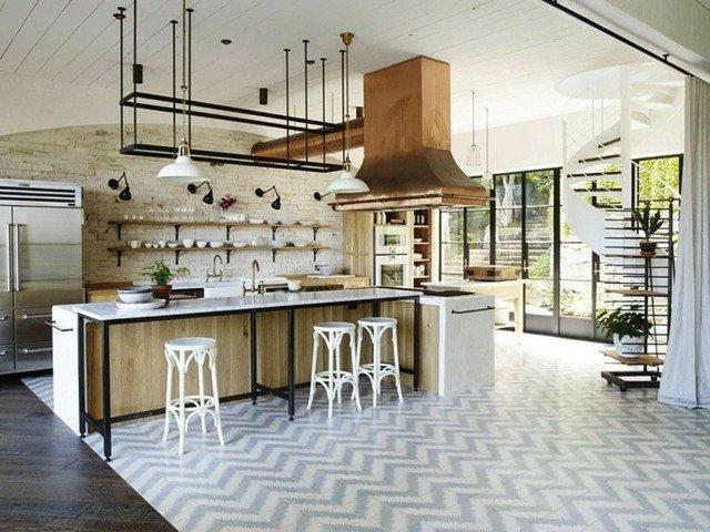 cuisine-moderne-vintage-mur-brique-blanche-hotteaspirante-cuivre-chaises-blanches